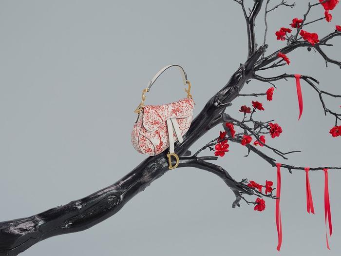 Những chiếc túi xách được pha trôn giữa gam màu đỏ và trắng cùng những sắc hoa đào rực rỡ