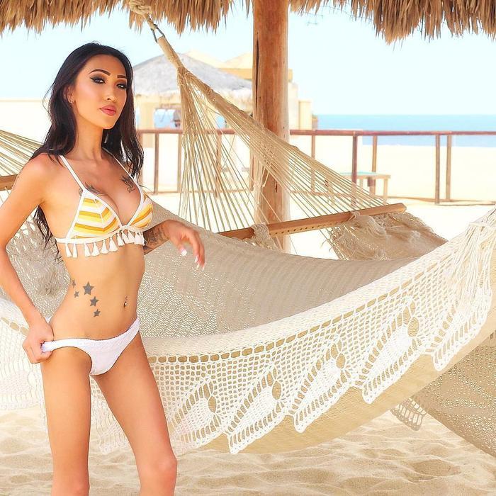 Vẻ đẹp của cô đã được chứng minh bằng nhiều bức hình bikini đầy nóng bỏng.Julie Vũ sở hữu vẻ đẹp sắc sảo kiểu Tây, làn da rám nắng cùng đường cong chữ S phù hợp với các cuộc thi sắc đẹp quốc tế.