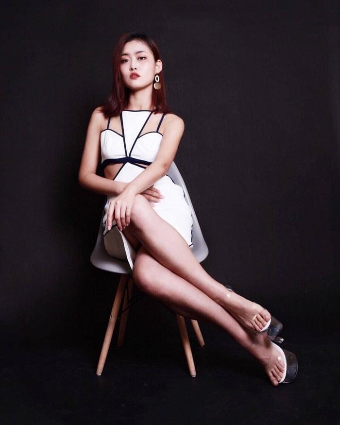 Rosie Zhu Xin sở hữu vóc dáng cân đối và không mỡ thừa, thành quả của việc tập luyện chăm chỉ từ thời niên thiếu để nhắm đến mục tiêu thi Hoa hậu.