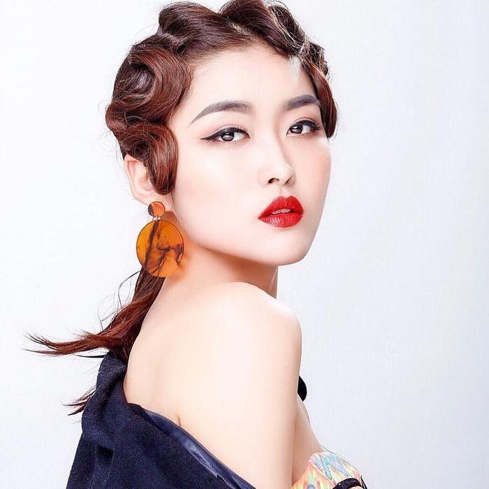 Nhan sắc của tân Hoa hậu khá ngọt ngào, khả ái, đậm chất phụ nữ Á đông.