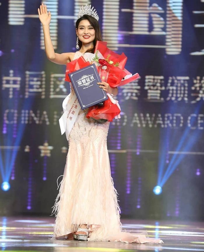 Rosie Zhu Xin đến từ tỉnh Hà Bắc. Cô tốt nghiệp Học viện Sân khấu Trung ương.