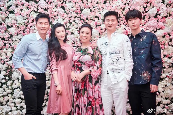 Gia đình của Phạm Gia ngày sinh nhật - cũng là lúc Lý Thần cầu hôn.