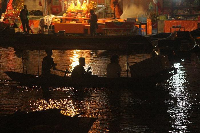 Trong đêm ngày 9/2 (tức mùng 5 Tết), từng tốp du khách vẫn ùn ùn kéo nhau đến các bến thuyền trên dòng suối Yến đi đò lên chùa Hương lễ Phật đầu năm và cầu may mắn, an lành trong năm mới.