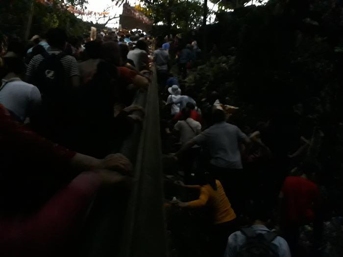 Trong tình cảnh như vậy, nhiều người đã liều mình trèo tường đi theo dốc đứng có nhiều đá nhọn nguy hiểm.