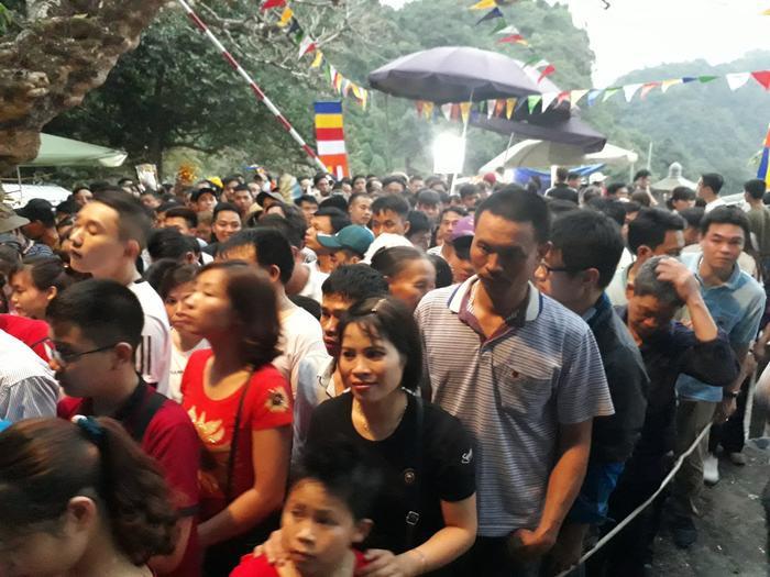 Sáng ngày 10/2 (mùng 6 Tết), lễ khai hội chùa Hương (huyện Mỹ Đức, Hà Nội) chính thức diễn ra, hàng nghìn người hành hương về lễ bái cầu an. Nhiều du khách trước đó đã đi từ nửa đêm, thậm chí suốt đêm qua.