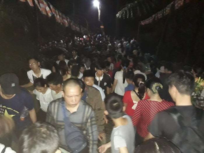 Đường lên động Hương Tích bị tắc nghẽn nghiêm trọng lúc 4h sáng nay. Hàng vạn du khách xếp thành hàng dài và phải mất hàng giờ đồng hồ mới có thể lên, xuống động.