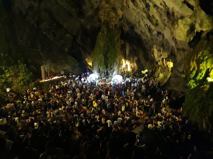 Đường lên động Hương Tích khá khó khăn, nhiều đoạn không có đèn điện nhưng vẫn không ngăn được dòng người mỗi lúc một đông.