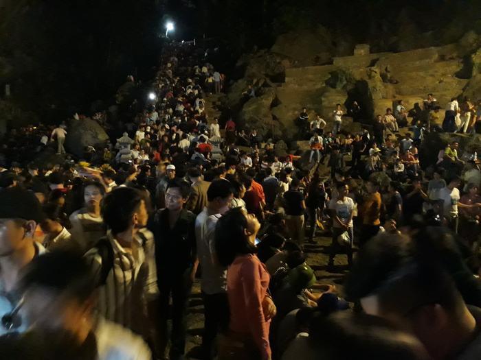 Sau 23h đêm, hệ thống cáp treo chùa Hương dừng hoạt động, du khách muốn lên động Hương Tích chỉ có cách duy nhất là leo bộ với quãng đường gần 2 km.