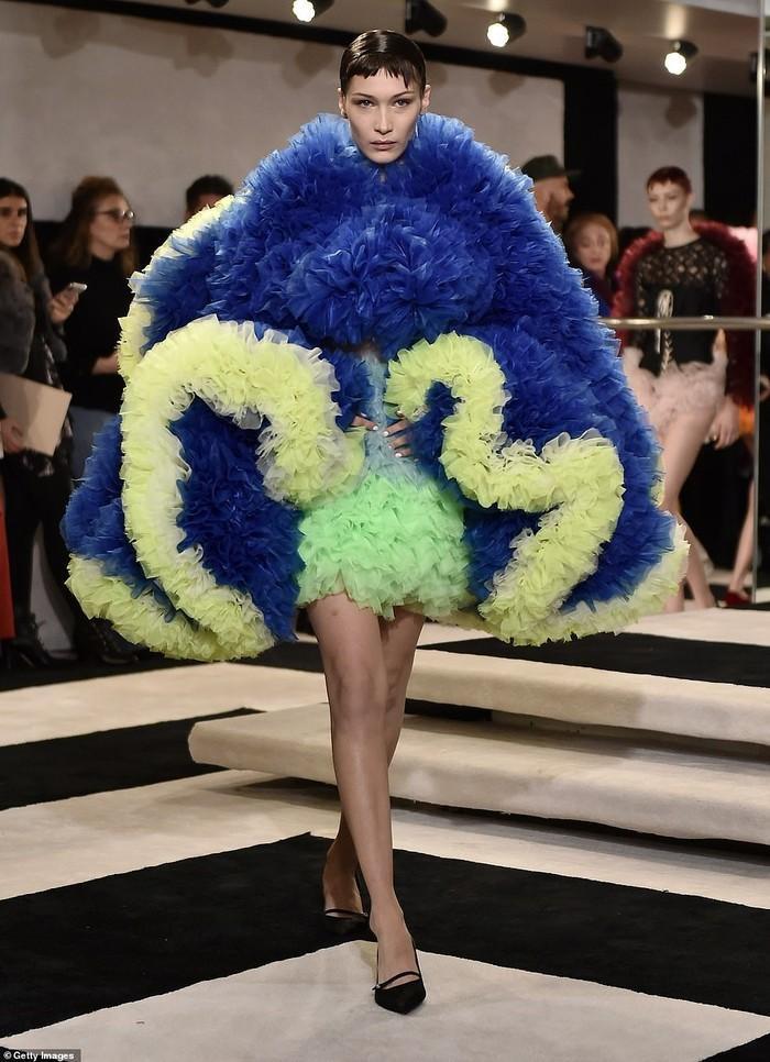 """Bella nổi bật với chiếc đầm """"khổng lồ"""" lạ mắt trong show diễn của nhà thiết kế Tomo Koizumi tại tuần lễ thời trang New York"""