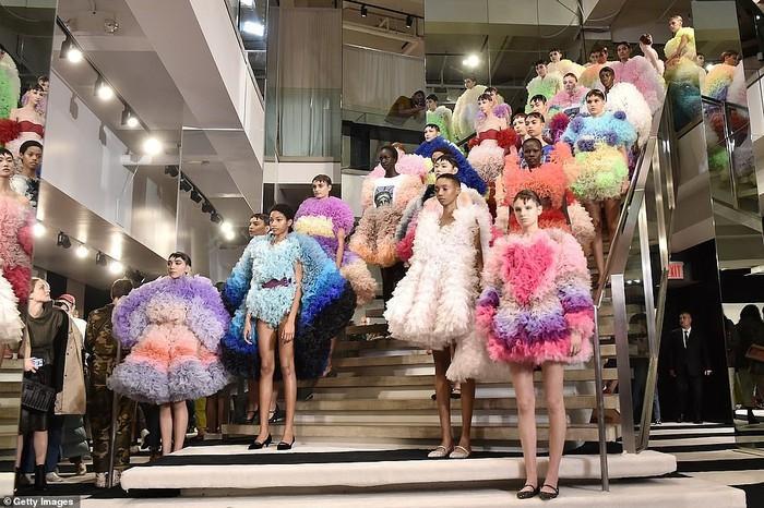 Dàn mẫu khoe sắc trong show diễn của nhà thiết kế Tomo Koizumi tại New York Fashion Week.