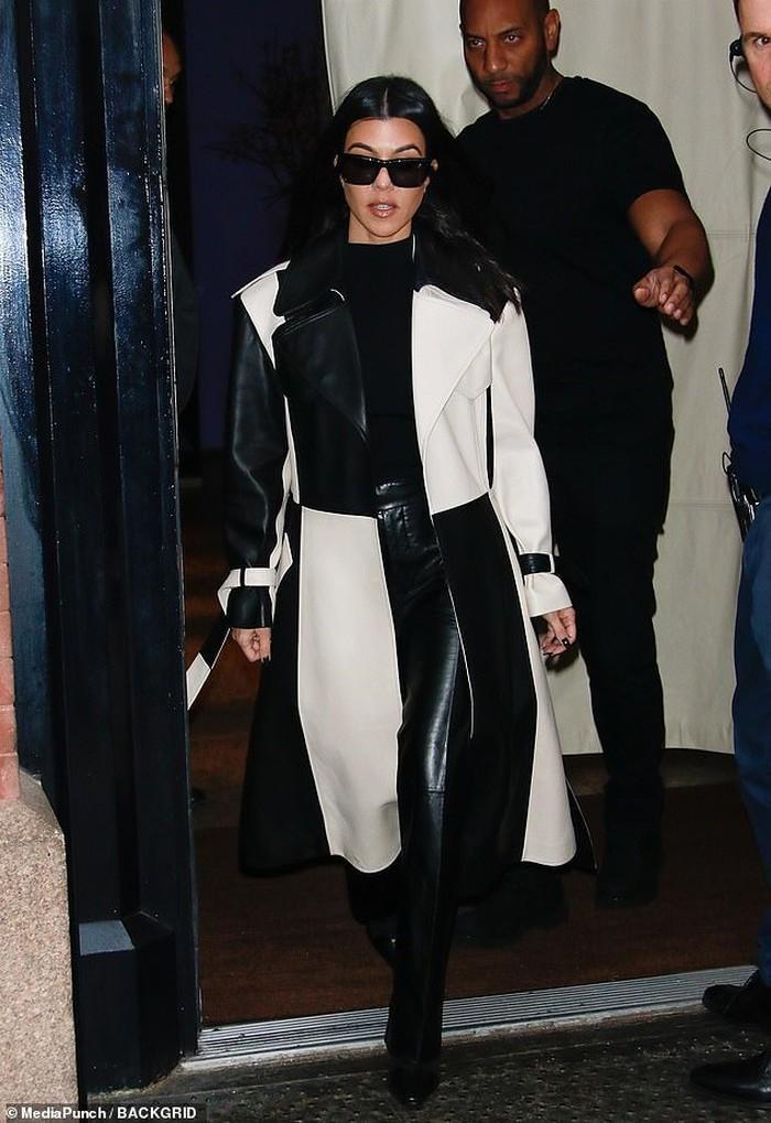 Cô chị Kourtney Kardashian lại sành điệu với set đồ trắng đen sang trọng.