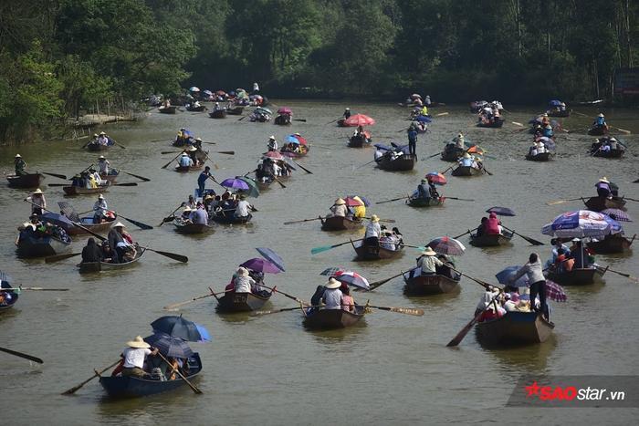 Trước đó, đêm ngày 9/2 (tức mùng 5 Tết) đến sáng nay 10/2 (tức mùng 6 Tết) từng tốp du khách vẫn ùn ùn kéo nhau đến các bến thuyền trên dòng suối Yến đi đò lên chùa Hương lễ Phật đầu năm và cầu may mắn, an lành trong năm mới.