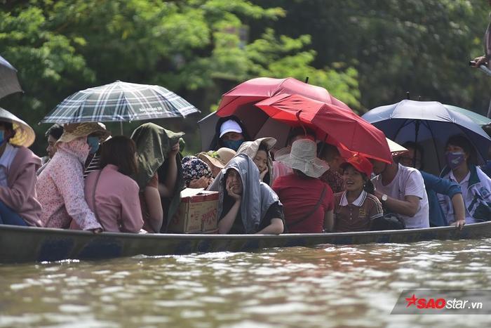 Thời tiết khá nắng nóng nên nhiều người chuẩn bị ô dù đem theo.