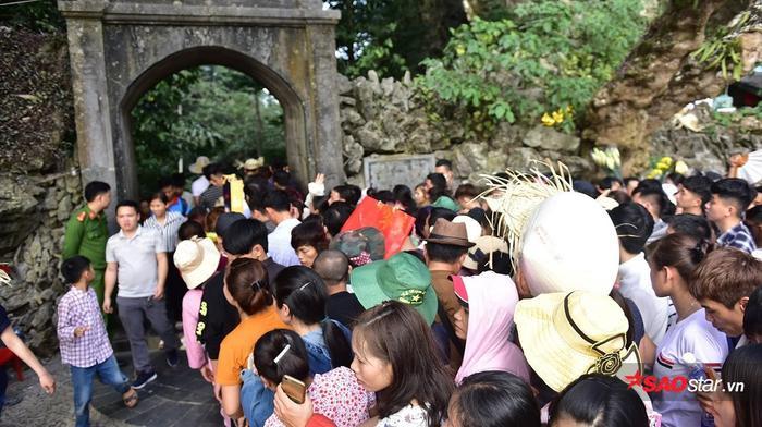 Tại các cổng chùa đều bố trí lực lượng chức năng để xử lí những tình huống bất ngờ xảy ra.