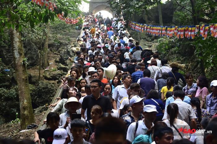 Dòng người đổ về chùa Hương mỗi lúc một đông.