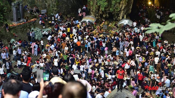 Khung cảnh đông đúc bên trong chùa Hương.