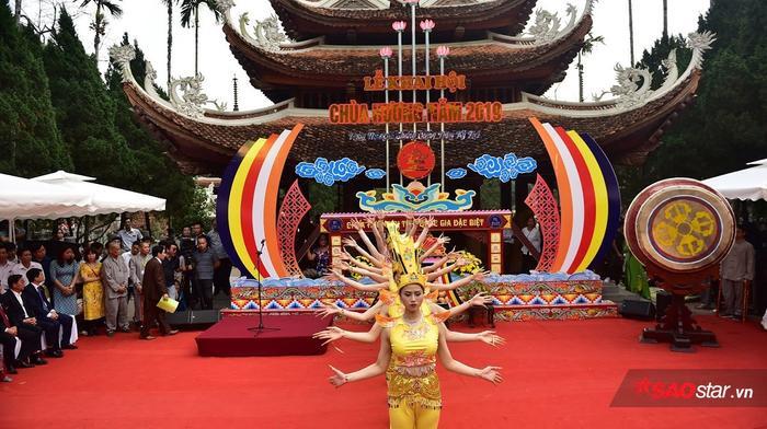 Sân khấu hoành tráng của buổi khai hội chùa Hương.
