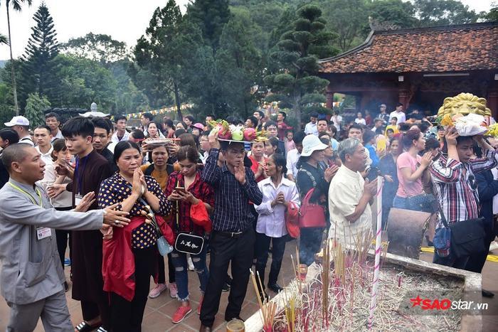 Hàng vạn người nườm nượp đổ về chùa Hương (Hà Nội) đông nghịt để lễ Phật, cầu may mắn, bình an trong năm mới.