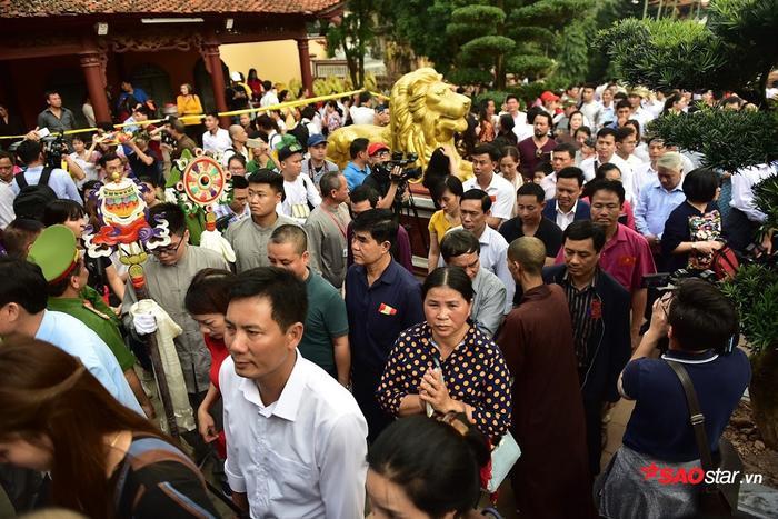 Mọi ngóc ngách tại chùa Hương ken đặc dòng người đổ về.