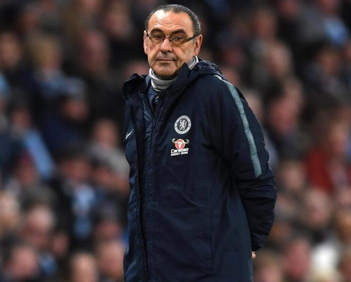 HLV Sarri đã phải cùng Chelsea nhận thất bại nặng nề trước Man City.