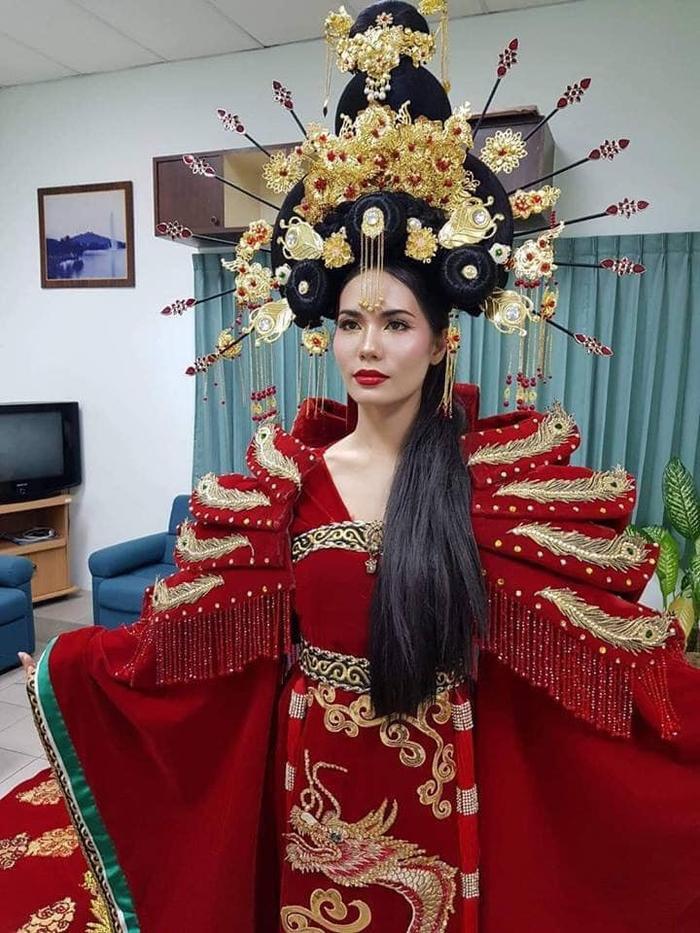 Hoa hậu Hoàn vũ Thái Lan phải nằm bất động trên ô tô tới sự kiện vì bộ đồ mẫu nghi thiên hạ ảnh 0