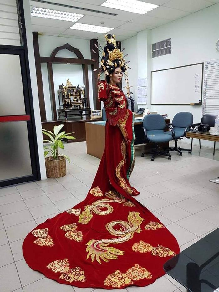 Hoa hậu Hoàn vũ Thái Lan phải nằm bất động trên ô tô tới sự kiện vì bộ đồ mẫu nghi thiên hạ ảnh 1