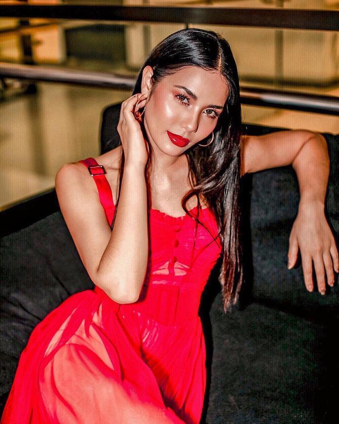 Hoa hậu Hoàn vũ Thái Lan phải nằm bất động trên ô tô tới sự kiện vì bộ đồ mẫu nghi thiên hạ ảnh 11
