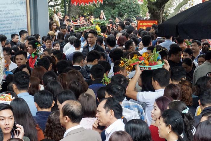 Hàng ngàn người chen nhau từ cổng ngoài vào đến phủ Tây Hồ dâng lễ, khấn vái cầu tài, cầu lộc, cầu bình an cho gia đình đầu năm.