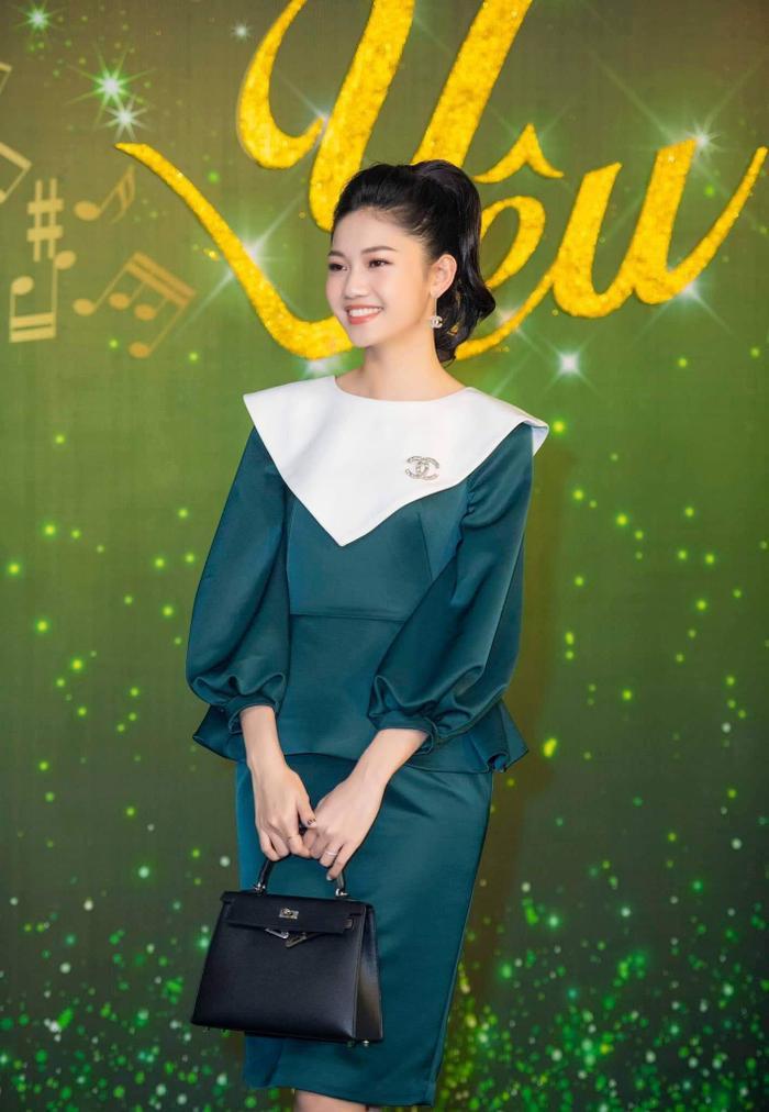 """Giữa tin đồn """"bầu bí"""", á hậu Thanh Tú khoe khéo dáng vóc trong mẫu váy peplum nhẹ nhàng, có phần cổ mang phong cách hải quân khi tham dự một sự kiện."""