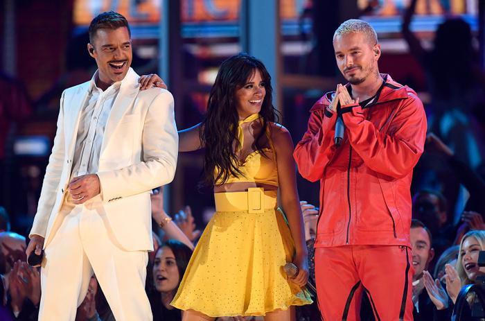 Một sân khấu mở màn bùng nổ cùng Camila.