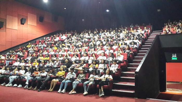 Khán giả sẵn sàng ngồi cả ghế hàng đầu tiên.