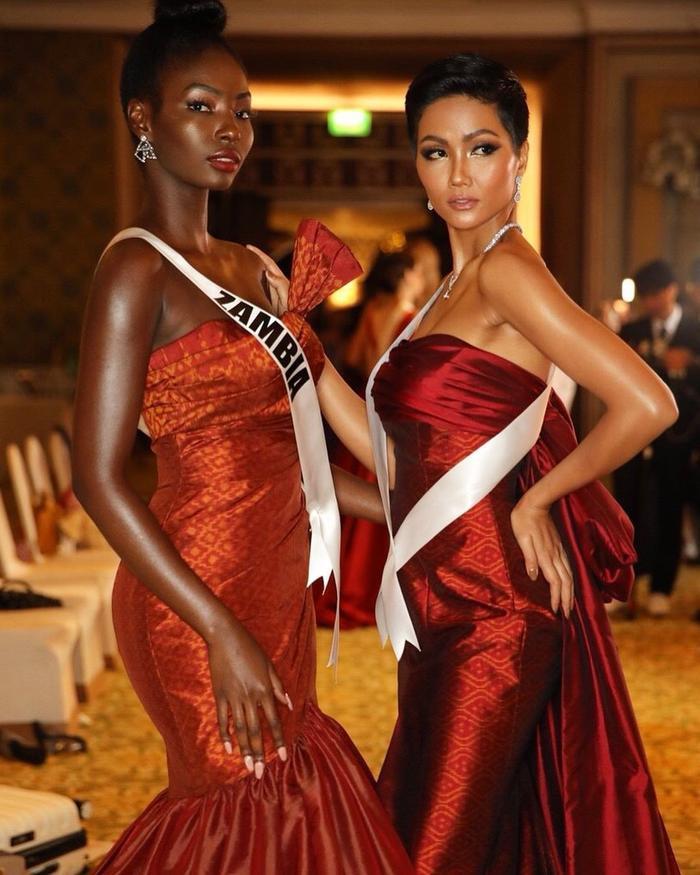 Trước khi chọn quả đầu trọc, Hoa hậu Zambia sở hữu mái tóc xoăn mì gói ấn tượng.