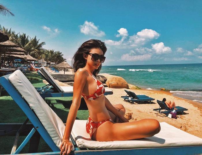 Á hậu Hoàn vũ nổi bật trên bãi biển với thần thái quyến rũ, làn da nâu khỏe khoắn.