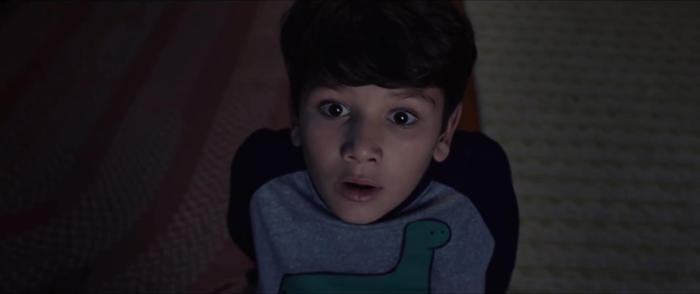 Cậu con trai Chris của Anna chạm trán La Llorona ngay trong nhà mình.