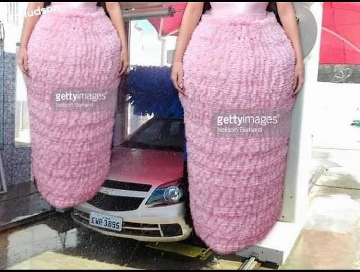 Chiếc váy hồng hóa thân thành hai chiếc bông khổng lồ trong garage rửa xe…