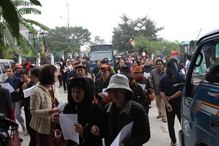 Hơn 1 vạn người từ các tỉnh, thành phố trong cả nước đã về bến sông trước cửa đình làng Bát Tràng dự lễ phóng sinh.