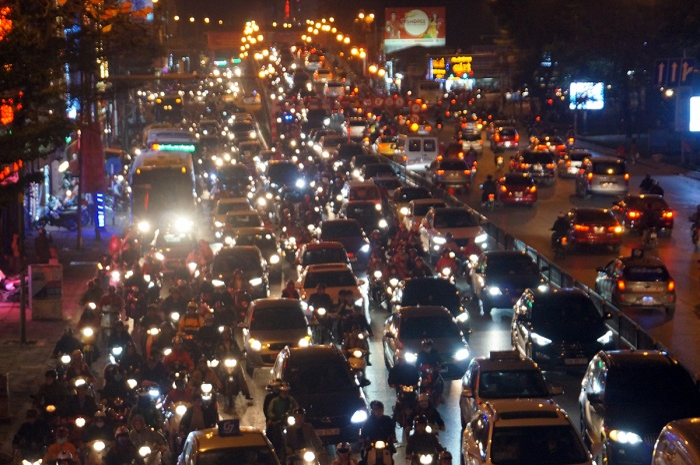Dòng người kéo đến chùa Phúc Khánh khiến giao thông ùn tắc