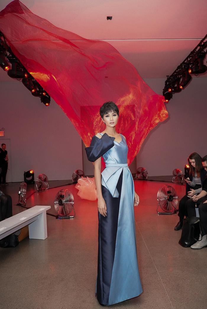 H'Hen Niê diện một mẫy váy xanh với những đường xếp nếp 3D độc đáo.