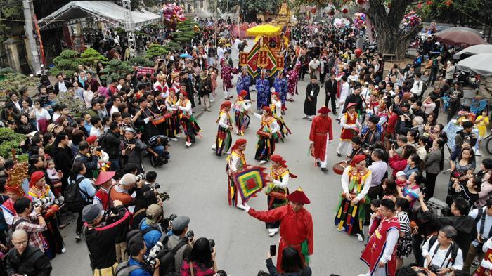 Như thông lệ hằng năm, mùng 9 tháng Giêng, làng Triều Khúc (Thanh Trì, Hà Nội) lại tưng bừng mở lễ hội truyền thống, đây là nơi thờ Thành hoàng Phùng (Bố Cái Đại Vương Phùng Hưng).