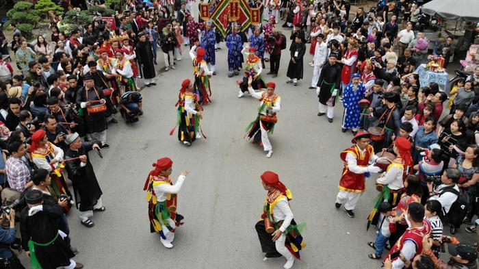 Lễ hội năm nào cũng thu hút đông đảo dân làng và du khách tới tham dự.