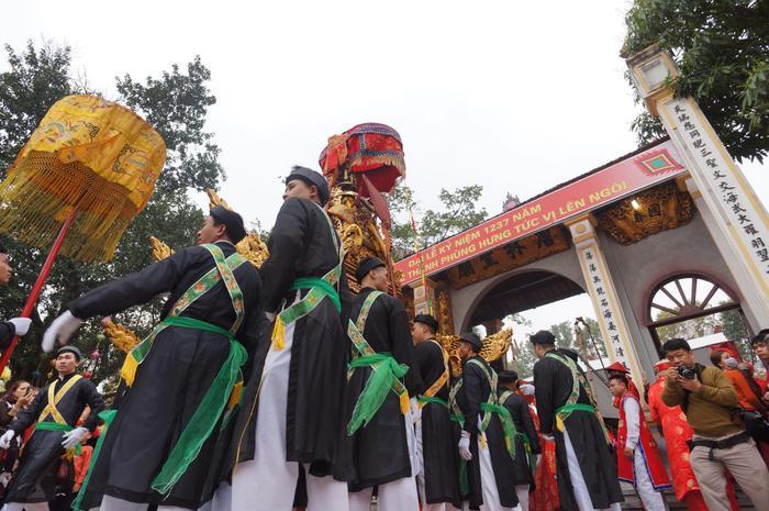 Các trai tráng trong làng được cử ra để khiêng kiệu đi quanh làng.