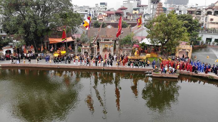 Mọi người tiến vào trong đền làng để làm lễ.