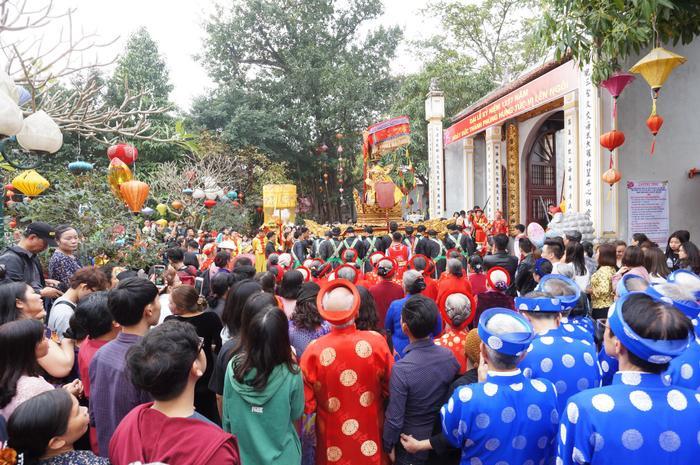 Người tham gia lễ hội chật kín.