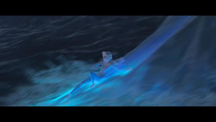 Elsa chinh phục những con sóng lớn.