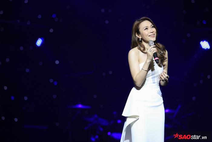 Mỹ Tâm xuất hiện xinh đẹp và vô cùng rạng rỡ trong đêm nhạc tại Hà Nội.