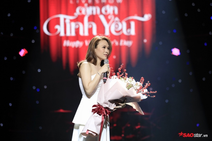 """Một bó hoa được fan tặng cho Mỹ Tâm và ngay lập tức nữ ca sĩ đã đặt tên cho bó hoa này là """"Phát tài phát lộc sinh sôi nảy nở"""" khiến khán giả thích thú."""