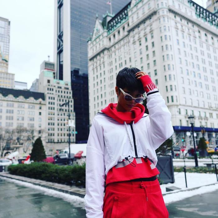 Xuống phố với outfit đỏ rực, H'Hen Niê ngay lập tức tạo được ấn tượng.
