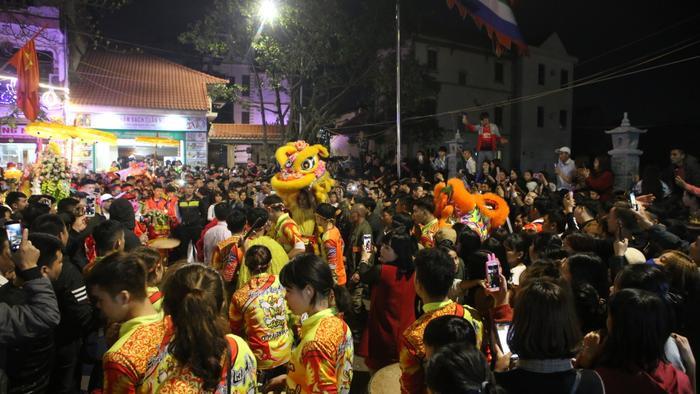 Màn múa lân không thể thiếu trong các lễ hội.