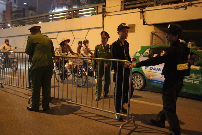 Lực lượng chức năng có mặt để phân luồng giao thông.