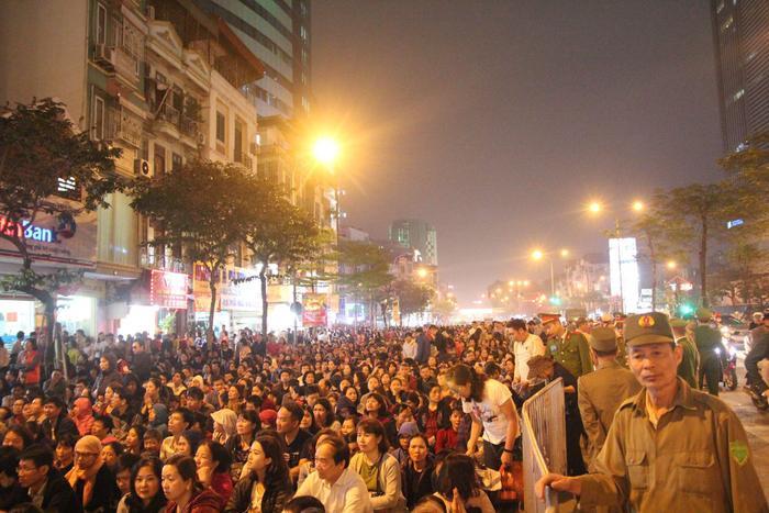 Khung cảnh quen thuộc trên phố Tây Sơn mỗi khi chùa Phúc Khánh mở khóa lễ.